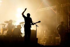 Silhouettes de bandes sur un concert Image stock