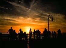 Silhouettes de coucher du soleil de Santa Monica Pier Image stock