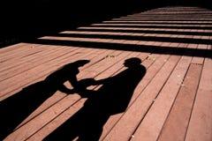 Silhouettes de couples de mariage Images stock