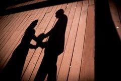 Silhouettes de couples de mariage Photo stock