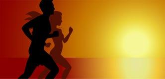 Silhouettes de coureurs d'homme et de femme courants sur le fond de coucher du soleil, le sport et l'activité, calibre de concept Photo libre de droits