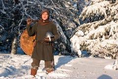 Silhouettes de deux guerriers médiévaux dans la forêt d'hiver Images libres de droits
