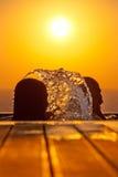 Silhouettes de filles de natation et eau d'éclaboussement contre la mer au su Image stock