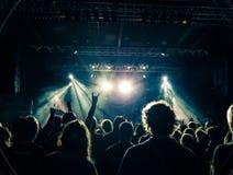 Silhouettes de foule de concert devant une étape lumineuse photographie stock libre de droits