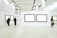 Silhouettes de gens dans le musée Images libres de droits