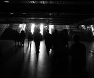Silhouettes de gens dans le souterrain Image stock