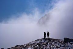 Silhouettes de grimpeur en montagnes Photos stock
