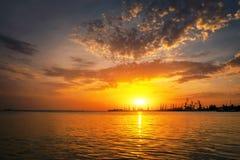 Silhouettes de grues contre ardemment, orange et rouge le ciel photos libres de droits