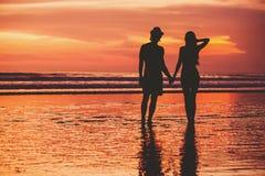 Silhouettes de jeunes couples dans l'amour staing sur Photographie stock libre de droits