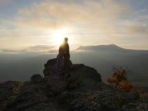 Silhouettes de jeunes couples se tenant sur une montagne et regardant entre eux sur le beau fond de coucher du soleil Amour de ty Photo libre de droits