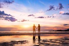 Silhouettes de l'homme et de femme sur la plage Images stock