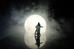 Silhouettes de la danse de couples de jouet sous la lune la nuit Figures de l'homme et de femme dans la danse d'amour au clair de Photographie stock libre de droits