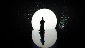 Silhouettes de la danse de couples de jouet sous la lune la nuit Figures de l'homme et de femme dans la danse d'amour au clair de Photo stock