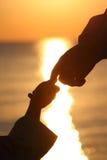 Silhouettes de la main de l'enfant et de la mère Images libres de droits