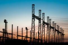 Silhouettes de lignes électriques Image stock