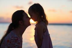 Silhouettes de mère et de fille Images libres de droits
