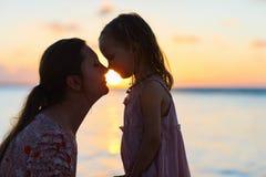 Silhouettes de mère et de fille Photographie stock