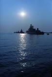 Silhouettes de navires de guerre dans le clair de lune Image libre de droits