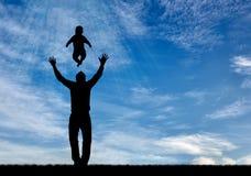 Silhouettes de père et d'enfant heureux Image stock