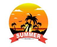 Silhouettes de paume sur le coucher du soleil d'été avec le beau fond de ciel Fond tropical de conception de vacances d'été de co Images stock