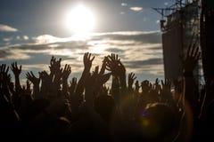Silhouettes de personnes avec augmentées les mains d'un humain image libre de droits