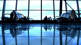 Silhouettes de personnes marchant à l'aéroport banque de vidéos