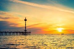 Silhouettes de personnes sur Brighton Jetty au coucher du soleil photos stock