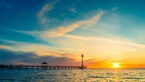 Silhouettes de personnes sur Brighton Jetty au coucher du soleil images libres de droits