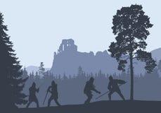 Silhouettes de quatre guerriers combattant dans une forêt sous la ruine Photo libre de droits