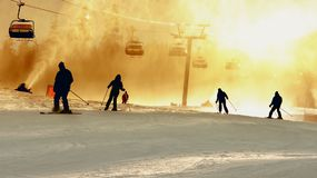Silhouettes de ski Photographie stock
