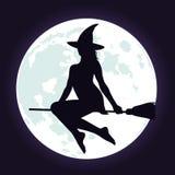 Silhouettes de sorcière sur le manche à balai et la lune Photographie stock libre de droits