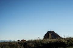 Silhouettes de tente sur une crête de montagne Image libre de droits