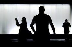 Silhouettes de trois personnes pendant la nuit photo libre de droits