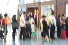 Silhouettes de voyageur dans la tache floue de mouvement, aéroport international Images libres de droits