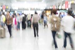 Silhouettes de voyageur dans la tache floue de mouvement, intérieur d'aéroport Photographie stock libre de droits