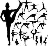 Silhouettes de yoga de pratique et de l'étirage de fille mince Image stock