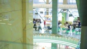 Silhouettes Defocused des personnes prenant le déjeuner au café d'aliments de préparation rapide dans le centre commercial clips vidéos
