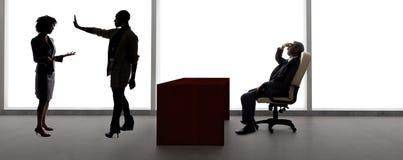 Silhouettes des acteurs f?minins dans une audition avec un directeur de casting images stock