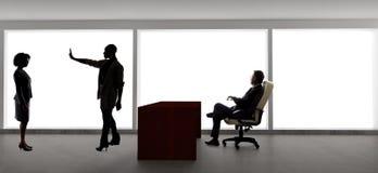 Silhouettes des acteurs f?minins dans une audition avec un directeur de casting images libres de droits