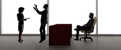 Silhouettes des acteurs f?minins dans une audition avec un directeur de casting image libre de droits