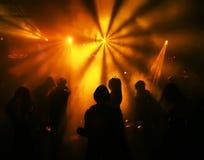 Silhouettes des adolescents d'une danse Photographie stock