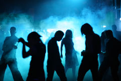 Silhouettes des adolescents de danse Photos libres de droits
