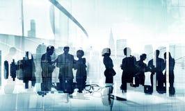 Silhouettes des affaires faisant un brainstorm le concept de groupes Images stock