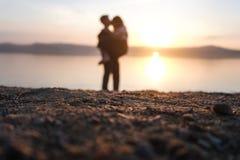 Silhouettes des amants au coucher du soleil photos stock