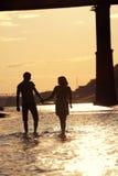 Silhouettes des amants au coucher du soleil Photo stock