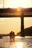 Silhouettes des amants au coucher du soleil Images libres de droits
