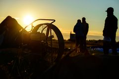 Silhouettes des amis observant le coucher du soleil pendant le Fe chaud de ballon à air Images libres de droits