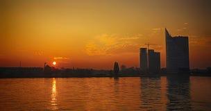 Silhouettes des bâtiments modernes à Riga Photos stock