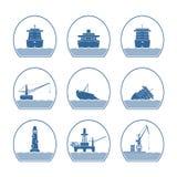 Silhouettes des bateaux et des structures marines Photo stock
