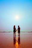 Silhouettes des couples affectueux photos stock